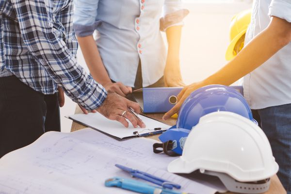 construction-workers-creating-plan