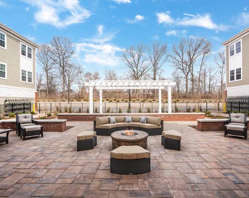 outdoor courtyard and lounge area at summit court apartments in union nj